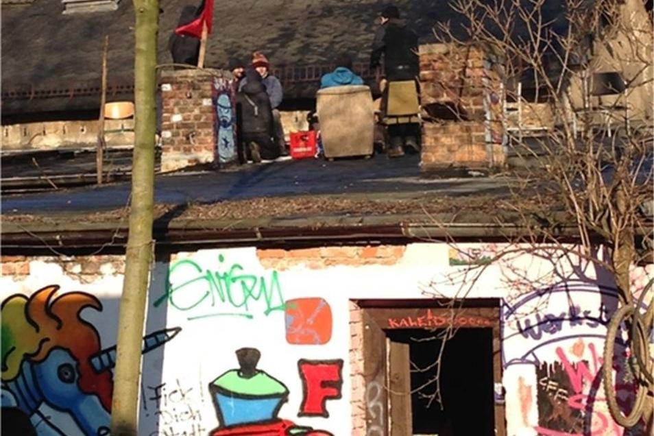 Aktivisten besetzen ein Dach auf dem Gelände des Freiraums Elbtal.