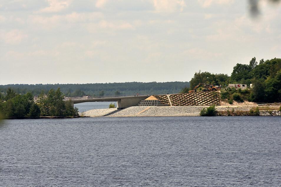 Die Gemeinde Elsterheide ist nach wie vor ein Schwerpunkt der Bergbausanierung. Es gibt zahlreiche Bereiche, in denen etwas zu tun ist. Dazu gehören zum Beispiel der Überleiter-Bau zwischen dem Blunoer Südsee und dem Sabrodter See.