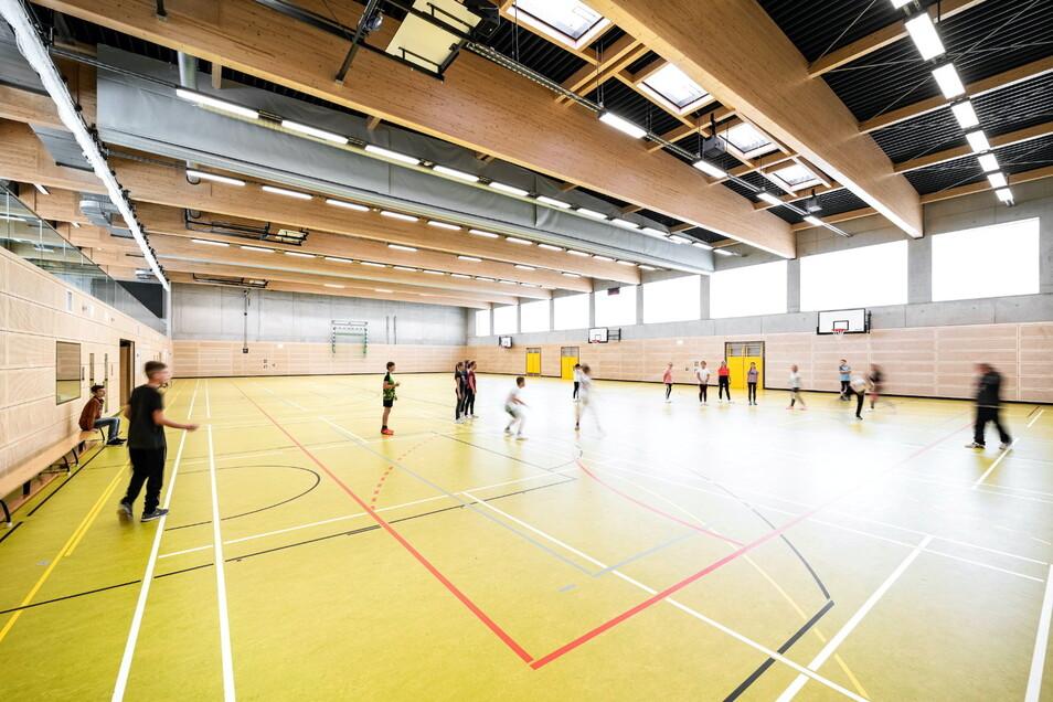 In der großzügig gebauten mit Trennwänden und Sportschwingboden ausgestatteten Dreifeld-Sporthalle Bannewitz werden Schul- und Vereinssport angeboten.