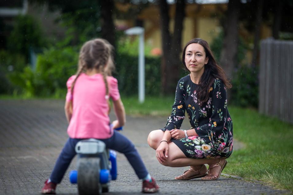 Jana Schilling muss für ihre Tochter Lilli einen neuen Kitaplatz suchen. Der jetzige wurde zum 31. August gekündigt.