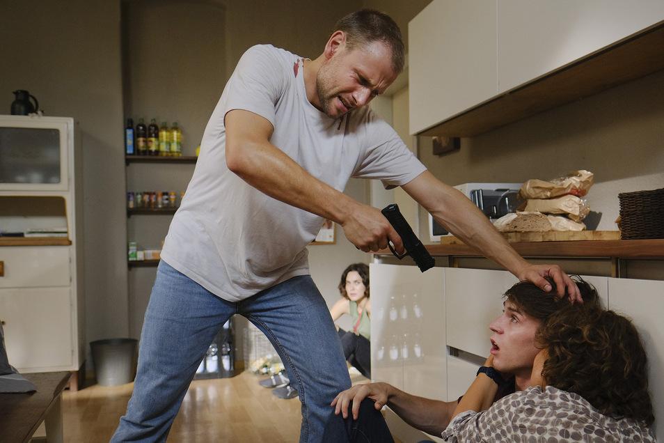 In der Küche des Kinderheims hat sich der Familienvater verschanzt und wird immer nervöser.