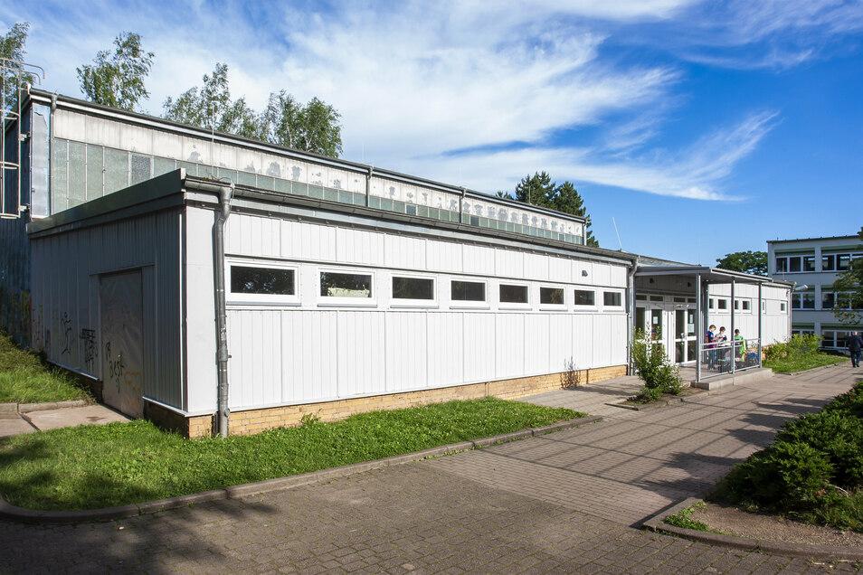 Die alte Turnhalle kommt weg und an ihrer Stelle entsteht der Grundschulneubau. Zudem errichtet die Gemeinde an der Hermsdorfer Straße eine neue Sportstätte mit Halle und zwei Spielfeldern.
