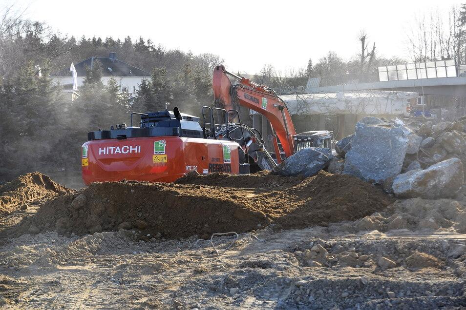 Die Vorbereitungen für den Abriss an der alten Brücke in Großharthau laufen. Am Wochenende soll es losgehen.