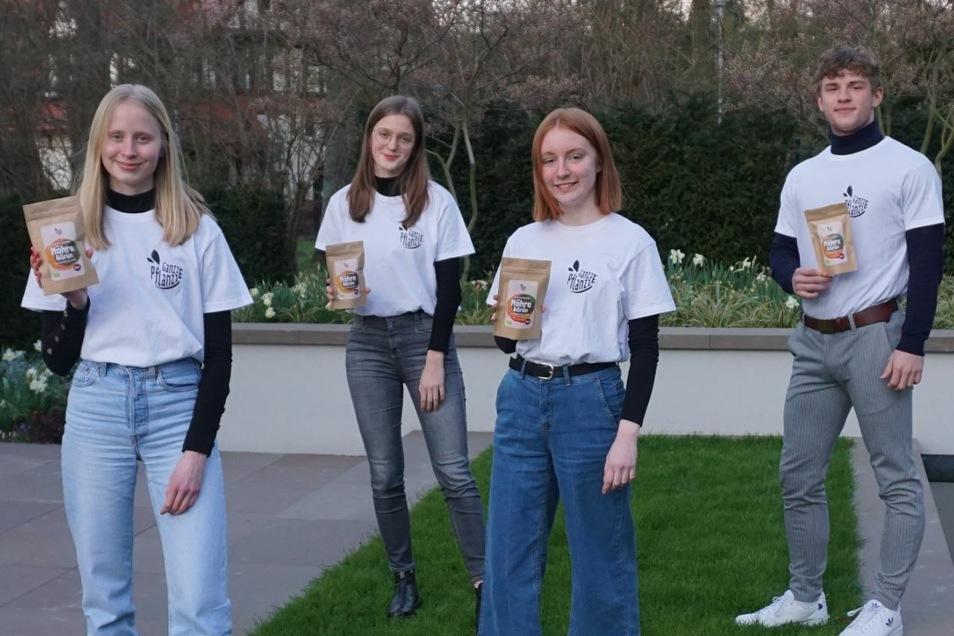 """Emma Friedrichs, Louise Dobslaff, Johanna Riedel, Johann Ludewig gehören mit ihren Chips zu den Siegern bei """"Business at School""""."""