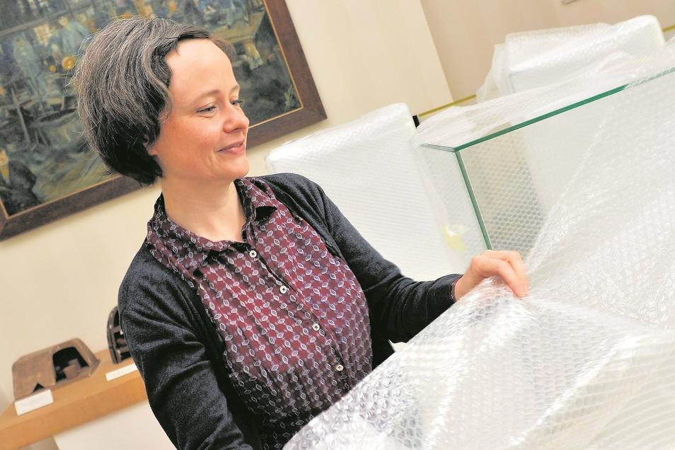 Christine Lehmann packt die mit Mitteln der Sparkassenstiftung finanzierten Vitrinen aus. Darin können Objekte des Bauhausschülers Wilhelm Wagenfeld gezeigt werden.