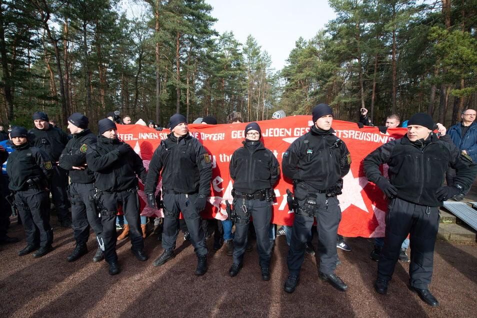 Demonstranten entrollten am 13. Februar auf dem Heidefriedhof ein Spruchband und riefen lautstark Parolen.