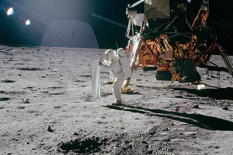 Die Astronauten sammeln Gesteinsproben...