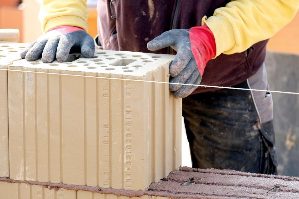 Im Herstellungsprozess von Lehmziegeln lassen sich gegenüber traditionellen keramischen Produkten rund 70 Prozent der Energie einsparen. Der teure Brennprozess fällt weg.
