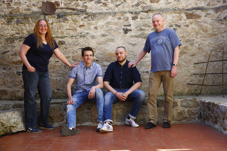 Familie Schmidt aus Kamenz - besonders und doch ganz normal. Ihr gemeinsames Schicksal verbindet Mama Katrin, Friedrich, Richard und Papa Gerd (v.l.) noch mehr.