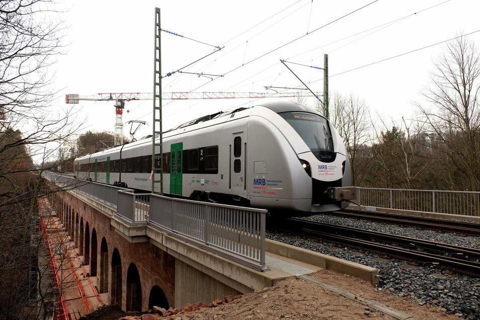 Das fast 170 Jahre alte Heiligenborner Eisenbahnviadukt ist fit für die Zukunft: Fahrbahnwanne und Mauerwerk wurden erneuert beziehungsweise saniert. Zudem hat das Bauwerk neue Oberleitungen, Gleise, Leit- und Sicherheitstechnik bekommen.