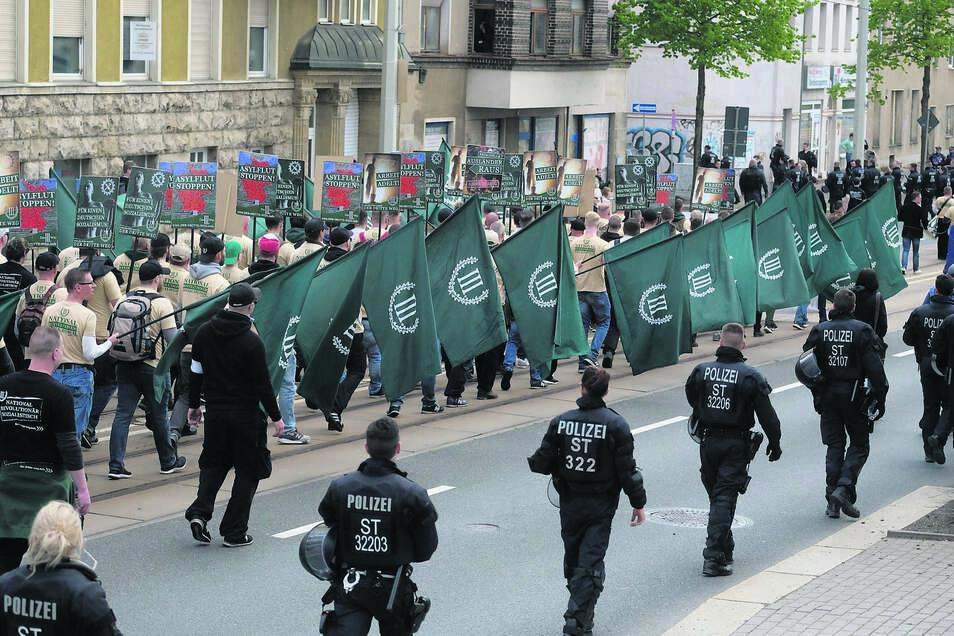 Mit uniformähnlicher Kleidung und begleitet von Trommelschlägen marschierte die Minipartei Der Dritte Weg im Gleichschritt am 1. Mai durch Plauen.