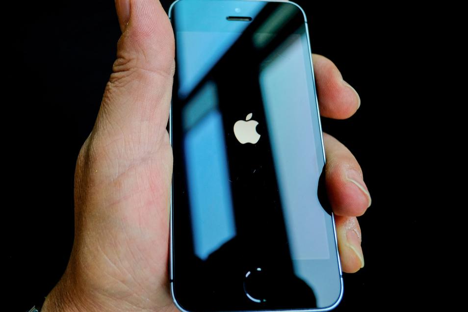 Im Streit um Verschlüsselung von Smartphones und Hintertüren für Behörden hat Apple Kritik von Präsident Trump einstecken müssen.