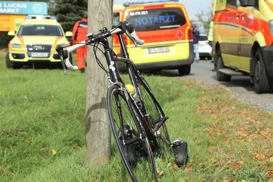Die zahlreich angerückten Rettungskräfte konnten dem Radfahrer nicht mehr helfen.