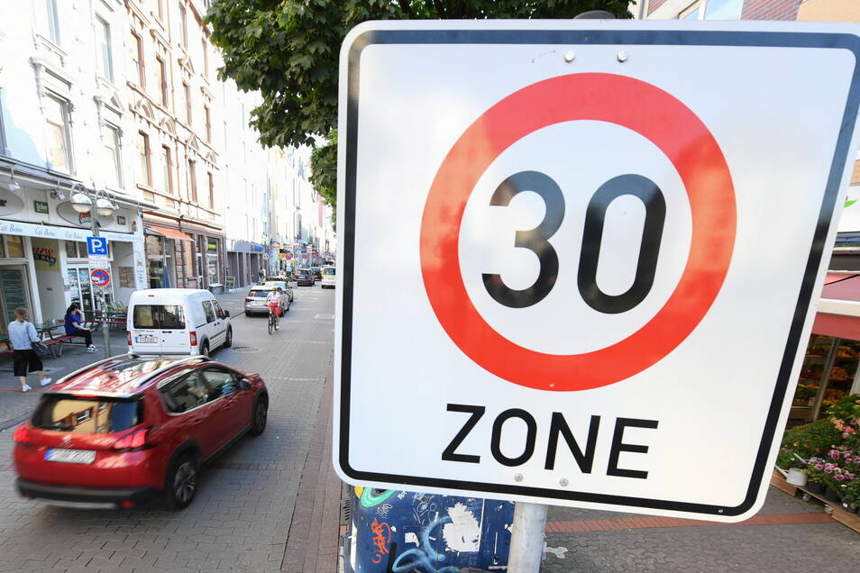 Über die Hälfte der Deutschen begrüßt Tempo-30-Zonen in Städten.