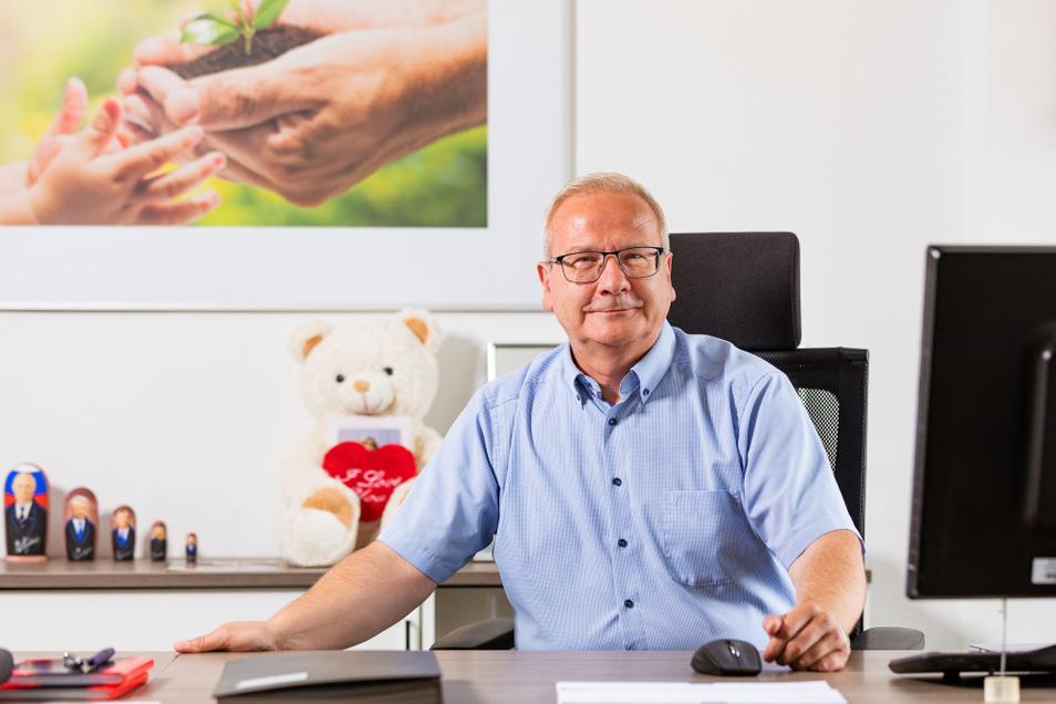 Torsten Ruban-Zeh an seinem Schreibtisch in seinem Büro in Hoyerswerda. Die örtliche Arbeiterwohlfahrt führt er seit 2011.