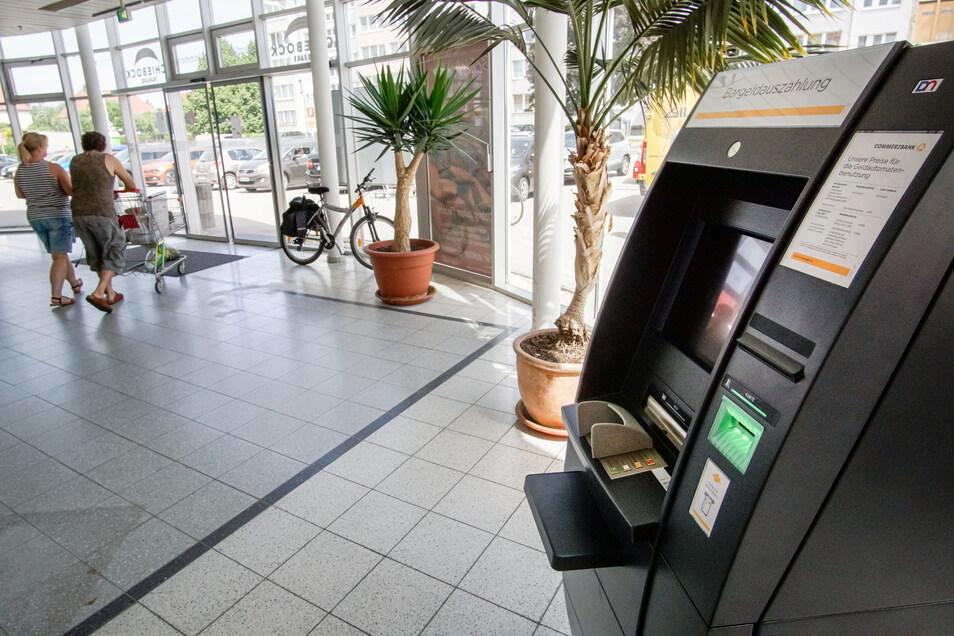 Die Commerzbank hat jetzt im Foyer der Schiebock-Passage in Bischofswerda-Süd einen Geldautomat installiert. Damit ist nach der Schließung der Filiale am Altmarkt im vorigen Jahr zumindest die Bargeld-Versorgung wieder gesichert.