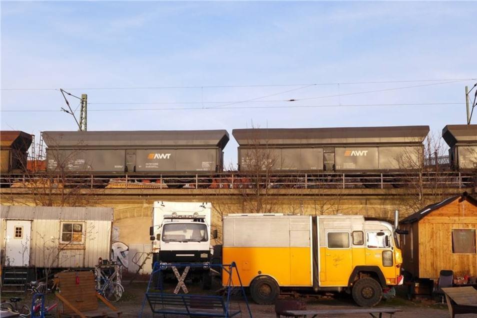 Im Schatten der fast täglich befahrenen Güterbahntrasse logiert die Wagenburg des Vereins Freiraum Elbtal. Stefan Becker