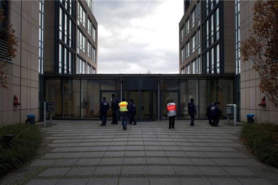 Polizisten kontrollieren ein Gebäude im Sperrkreis.