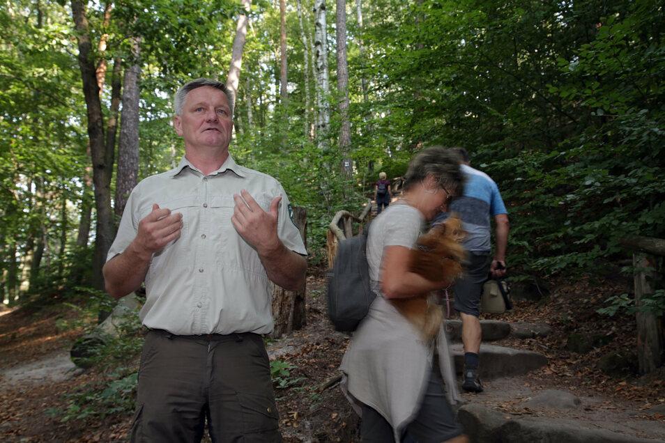 """Nationalparkmitarbeiter Jens Posthoff. Enormer Besucherdruck lässt sich schwer mit dem Motto """"die Natur Natur sein lassen"""" vereinbaren."""