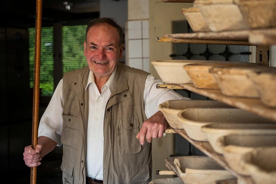 Der Görlitzer Bäckermeister Eckehard Raschke geht in den Ruhestand. Nun räumt er die Backstube aus, ein paar Brotformen sind noch da.