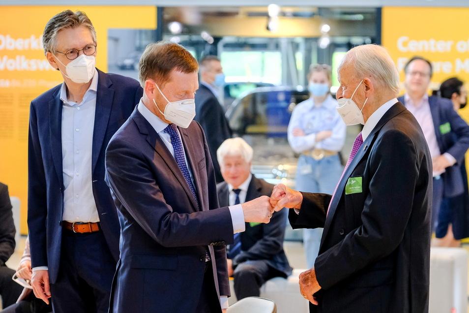 Die Ehrengäste des Festakts: Sachsens Ministerpräsident Michael Kretschmer (CDU) begrüßt Carl Hahn. Der ehemalige Vorstandschef von Volkswagen fühlt sich dem Freistaat nicht nur durch seinen Geburtsort Chemnitz verbunden. Er hat gerade erst seinen 95. Geb