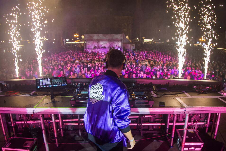 Dopamin: DJ Purple Disco Machine heizt der Menge auf dem Theaterplatz ein.