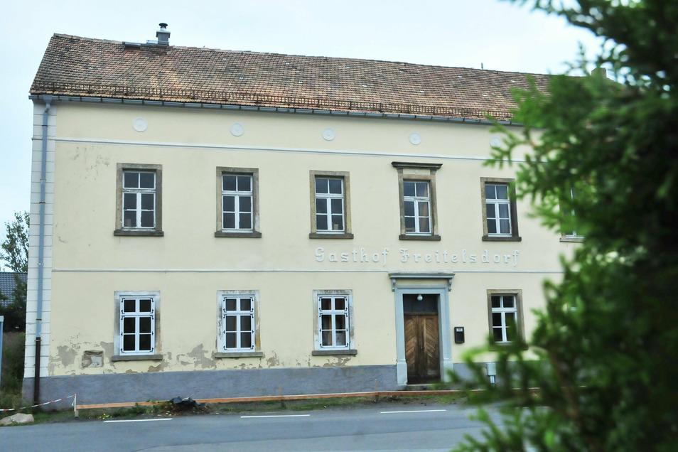 Der ehemalige Freitelsdorfer Gasthof liegt mitten im Dorf. Er wurde 1850 gebaut.