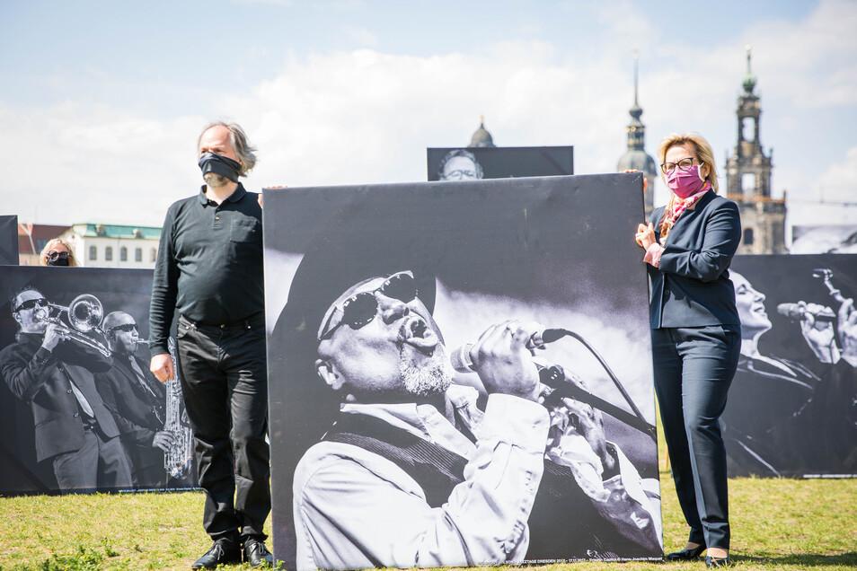 """Kilian Foster gemeinsam mit Kunstministerin Barbara Klepsch bei einer """"Stumme Künstler""""-Demonstration am Elbufer."""