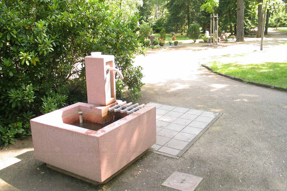 An den neuen Wasserstellen kann man Wasser zapfen, auch die Gießkanne ausspülen.