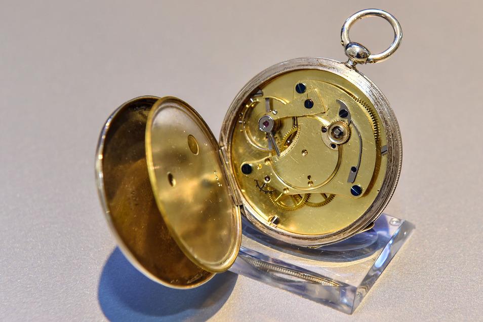 Das ist eine Taschenuhr aus den Anfangsjahren, sie entstand um 1850. Sie ist die älteste Glashütter Taschenuhr im Uhrenmuseum und in der Sonderausstellung zu sehen.