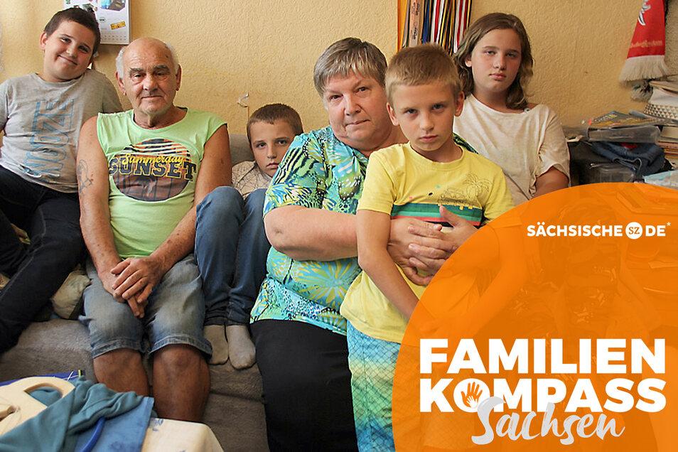 Nicht nur auf der Couch im Wohnzimmer Platz muss die sechsköpfige Familie Zocher in ihrer 3-Raum-Wohnung sehr eng zusammenrücken.