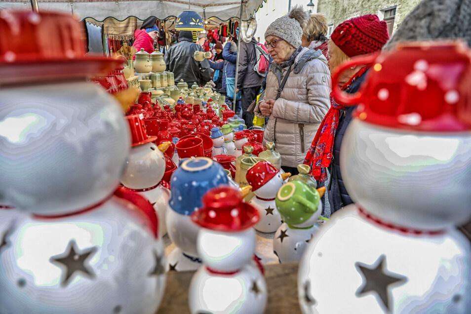 Auf dem Weihnachtsmarkt in Herrnhut. waren schon die Schneemänner los.