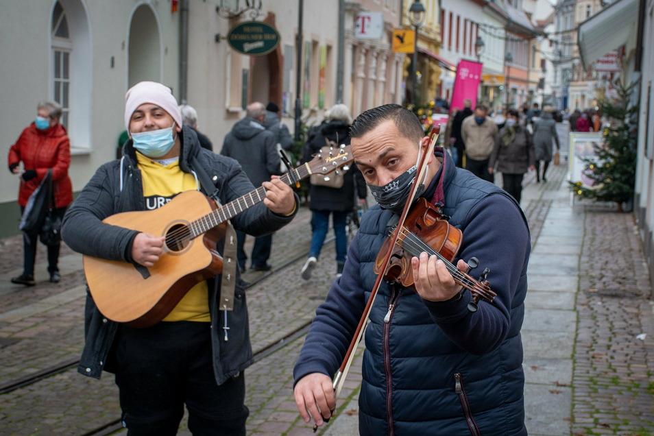 Am Mittwoch waren jede Menge Menschen in der Döbelner Innenstadt unterwegs - es gibt nicht mehr viele Gelegenheiten für Weihnachtseinkäufe. Dazu gab es musikalische Begleitung durch zwei Straßenmusiker.