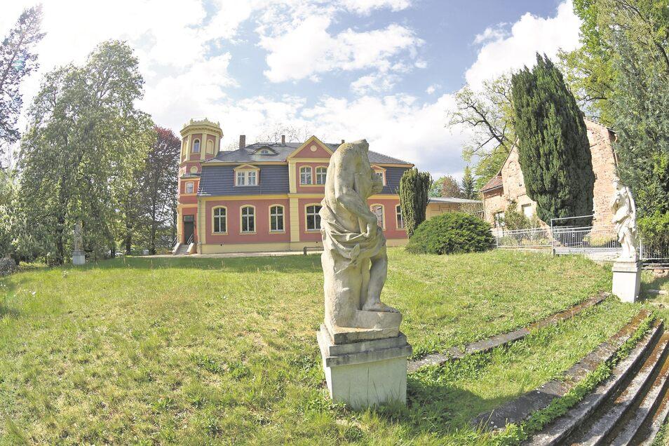 Überall im Kromlauer Park, so wie hier auf der Wiese hinter dem sanierten Schloss, können Besucher unterschiedliche Skulpturen entdecken und bewundern. Noch konnten nicht alle Figuren saniert werden. Doch es gibt Pläne und Finanzierungsmöglichkeiten.