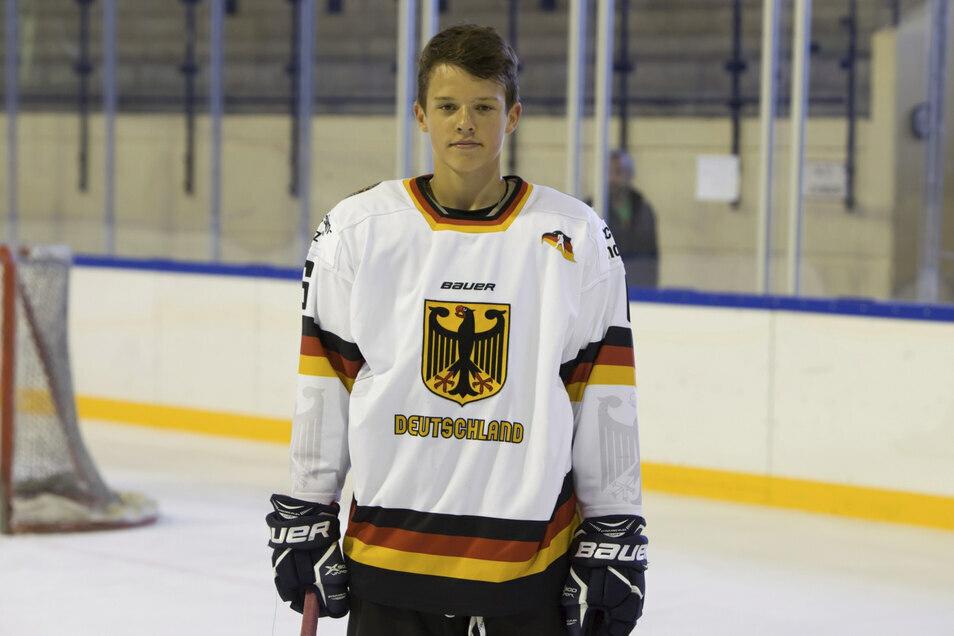Der Olbersdorfer Bennet Roßmy 2018 als 15-Jähriger im Trikot der deutschen U-16-Nationalmannschaft. Mittlerweile ist er Profi bei den Lausitzer Füchsen und einer der Publikumslieblinge.