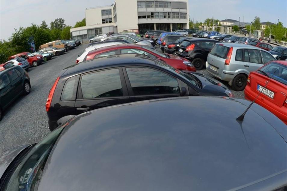 Neue Parkplätze werden im Pirnaer Zentrum dringend benötigt – doch wo gibt es Platz dafür? Die drei Kandidaten sind sich einig, dass die Parksituation in der Altstadt dringend verbessert werden muss – haben aber verschiedene Lösungsansätze. Tim Lochner plädiert dafür, dass Pirna Parkplätze selbst betreibt und selbst neue Stellflächen und Parkhäuser baut – und die Aufgabe nicht an private Betreiber abgibt. Als schnelle Lösung schlägt er vor, den Parkplatz Grohmannstraße/Ecke Klosterstraße um ein Parkdeck aufzustocken, um zunächst einmal die größte Not zu lindern. Laut Klaus-Peter Hanke muss es vor allem gelingen, für Anwohner Parkplätze in zumutbarer Nähe, zu einem zumutbaren Preis und möglichst mit einem Dach überm Auto zu schaffen. Neue Parkhäuser könnte er sich an der Klosterstraße, am Bahnhof sowie am alten Gericht an der Külzstraße vorstellen. Noch 2017 soll es zumindest konkrete Pläne für eine Lösung geben, die dann zehn bis 15 Jahre Bestand hat, verspricht Hanke. Bisherige Pläne an den beiden letztgenannten Standorten seien bislang daran gescheitert, dass Pirna nicht Eigentümer der Flächen sei oder sich die Verhandlungspartner nur wenig kompromissbereit zeigten. Ina Hütter hingegen findet moderne, aus ihrer Sicht architektonisch hässliche Parkhäuser für die Altstadt unpassend. Am ehesten kann sie sich eines am Bahnhof vorstellen.