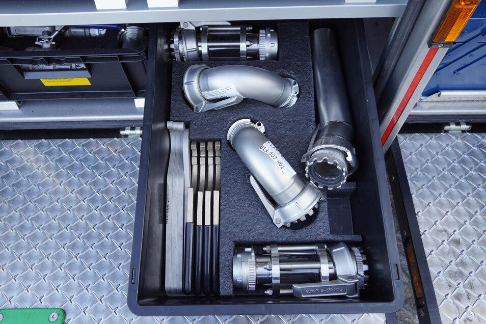 Rohrstücke und Schlüssel sind aus speziellen Materialien gefertigt, an denen sich keine Funken bilden sollen.