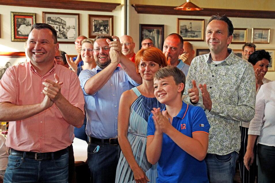 Es ist geschafft: der soeben wiedergewählte Riesaer Oberbürgermeister Marco Müller (CDU/r.) im Kreis von Familie und Unterstützern. Gerade wurde das letzte Wahllokal ausgezählt.