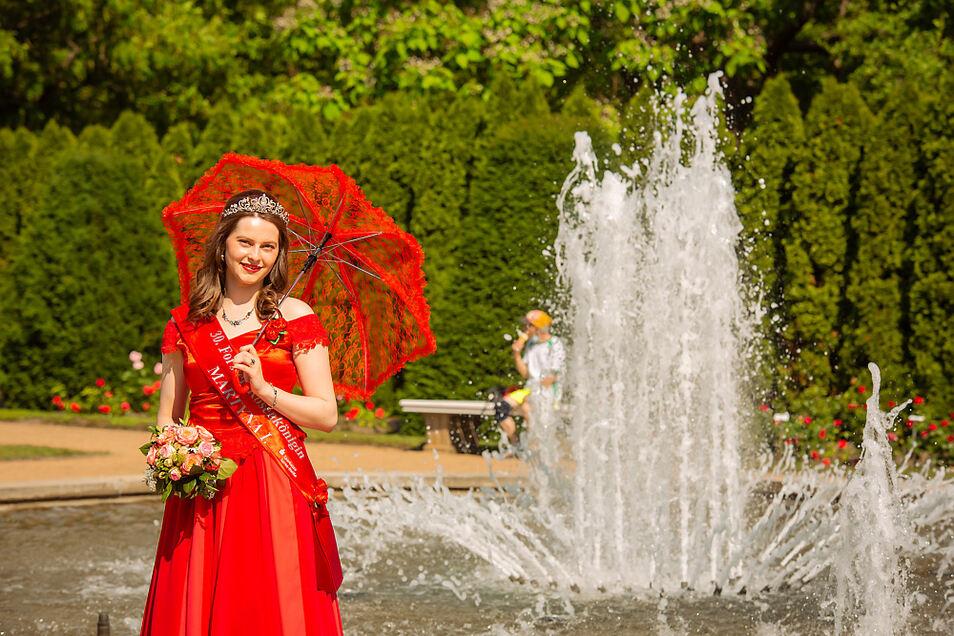 Rosenkönigin Martyna I. in ihrem Schlossgarten.
