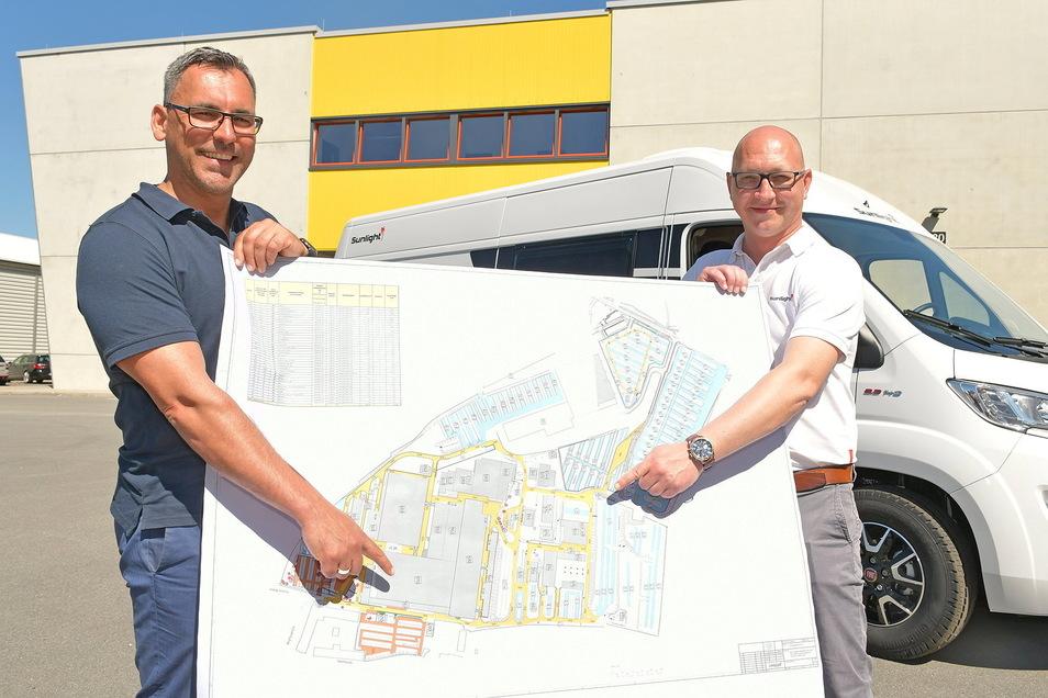 Capron-Geschäftsführer Daniel Rogalski (li.) und Projektleiter André Söhnel präsentieren das zukünftige Werkslayout vor einem Camper Van.