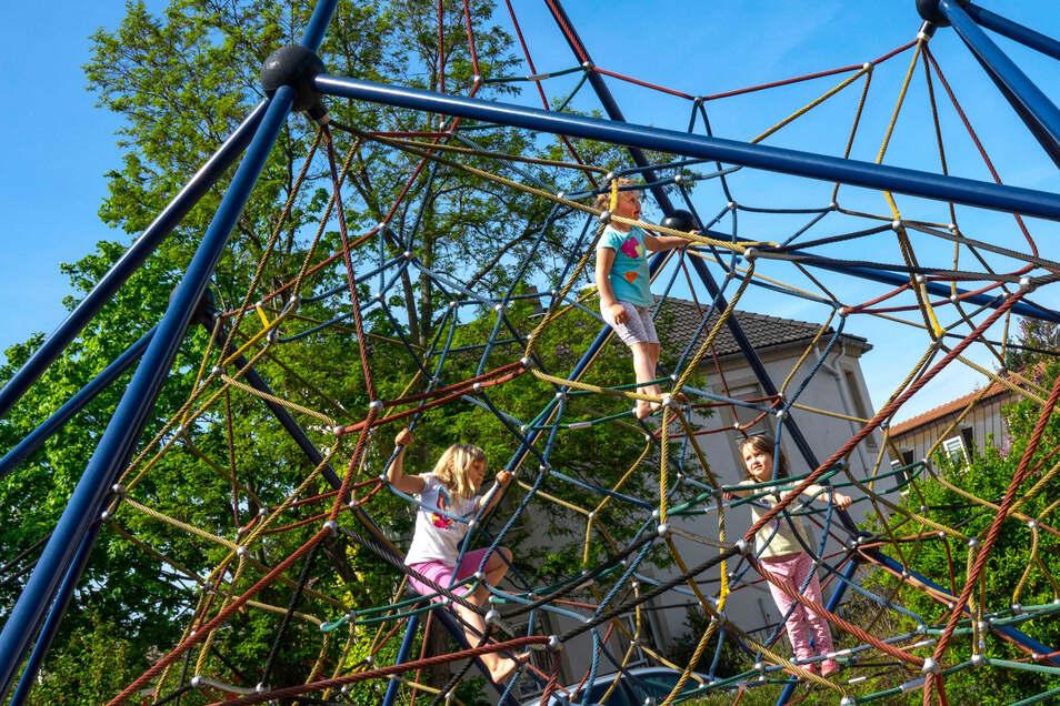 Es darf wieder geklettert werden: Wegen der Lockerungen der Corona-Regeln können Kinder wie hier am Poppitzer Platz wieder die Spielgeräte auf den Spielplätzen der Gegend in Beschlag nehmen.