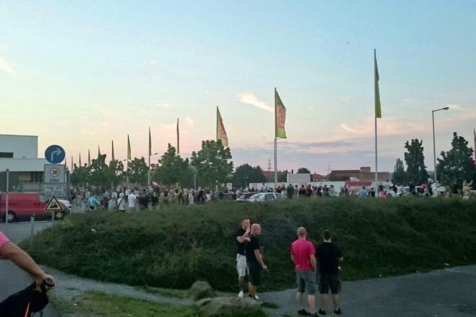 Nach der Demonstration gegen die neue Asylunterkunft in Heidenau ist ein Teil der Gegner zum Baumarkt gezogen, in dem in der Nacht die ersten Flüchtlinge erwartet werden.