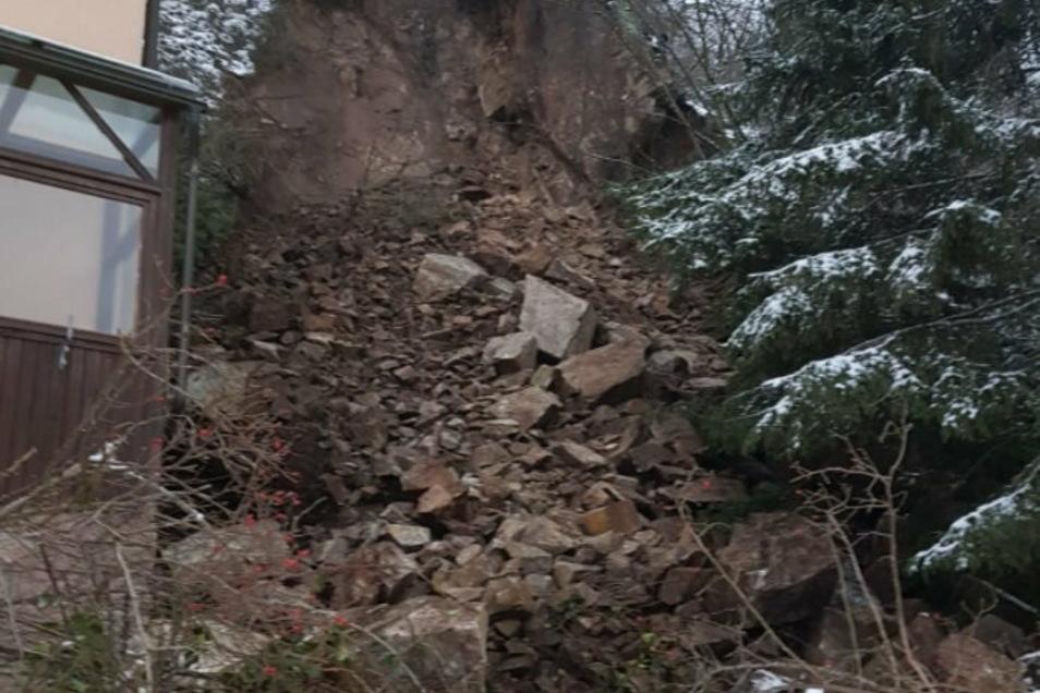 Von dem Gas-Tank im Vorgarten ist nichts mehr zu sehen. Die herabgefallenen Gesteinsmassen haben ihn verschüttet.