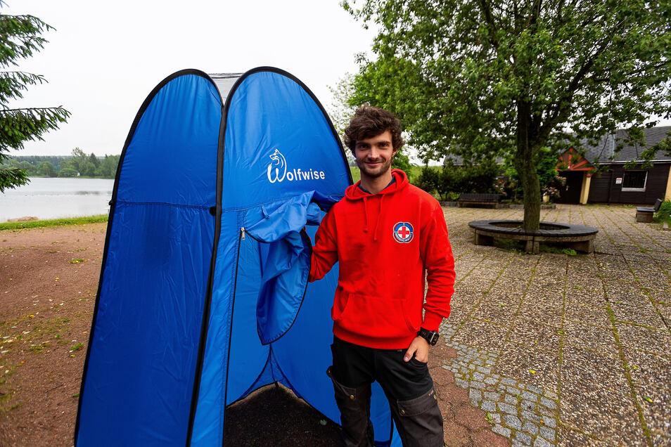 Marcel Gundel, Chef des Campingplatzes und Naturbades Kleiner Galgenteich in Altenberg, muss seinem Hygienekonzept folgend die Umkleidekabinen geschlossen lassen. Dafür ließ er mobile Umkleidekabinen aufstellen.