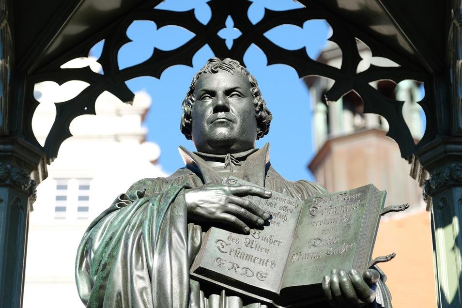 Das Martin Luther-Denkmal auf dem Marktplatz in Wittenberg. Luther brachte seine zahllosen Schmähschriften massenhaft in Umlauf.