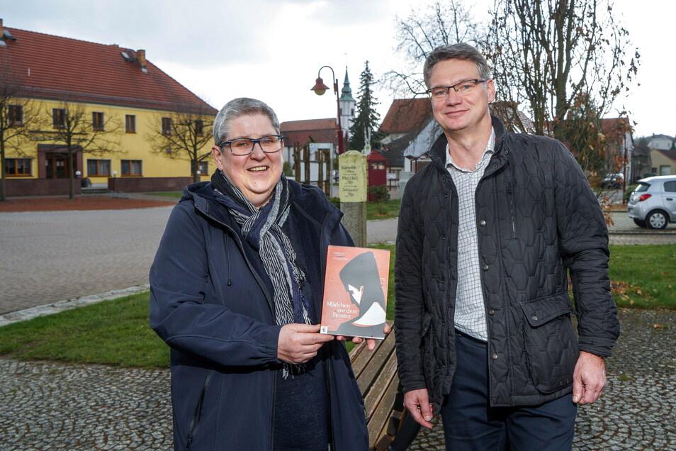 """Zum 100. Geburtstag des Dichterförsters Gottfried Unterdörfer haben Johanna Gruner vom Heimatverein Uhyst/Spree und Verleger Lars-Arne Dannenberg bisher unveröffentlichte Arbeiten des Autors im Buch """"Mädchen vor dem Fenster"""" herausgebracht."""