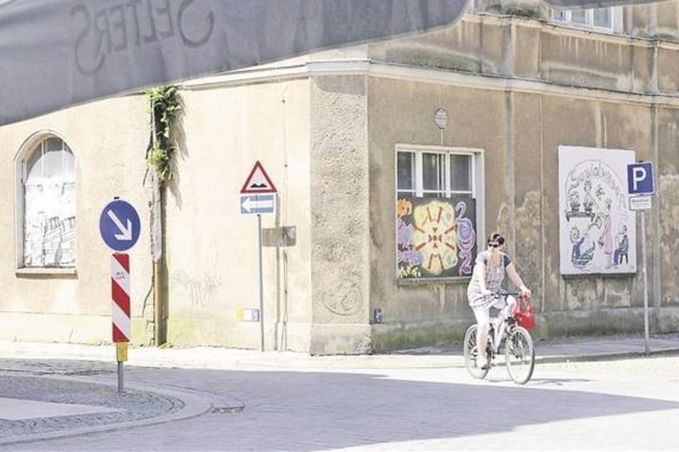 Das Gesellschaftshaus heute (großes Foto) und wie es nach dem Graffitiprojekt der Jugendlichen in den Sommerferien aussehen könnte. Interessierte Teilnehmer ab 12 Jahre können sich schon anmelden. Foto: Brühl/Visualisierung: Bieler
