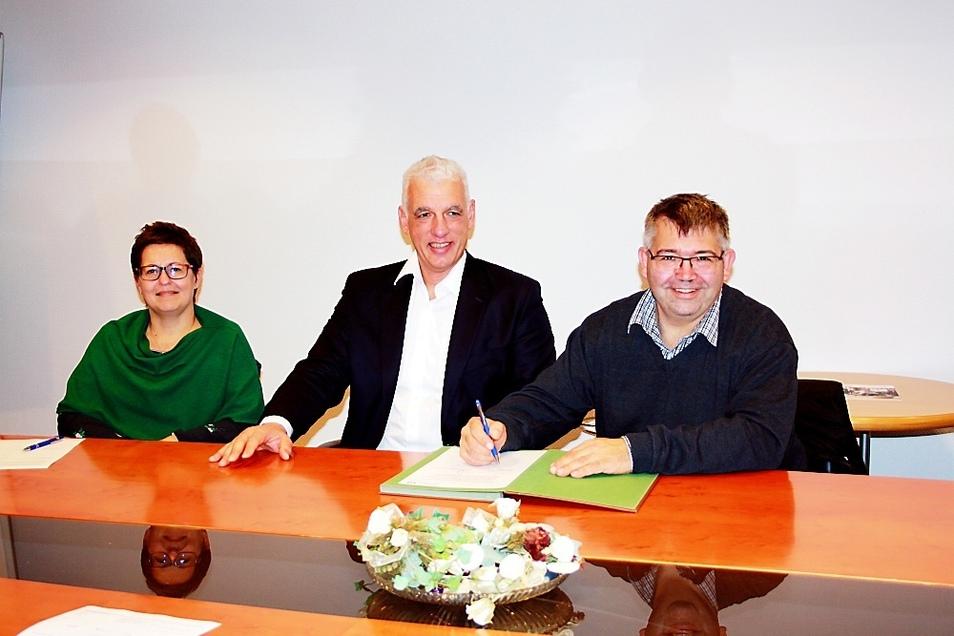 Vertragsunterzeichung zur Eisbahn: Kerstin Schenker (Spremberg), Frank Baer (Vorstand Volksbank Spree-Neiße), Toralf Hasse (Chef City-Werbering).