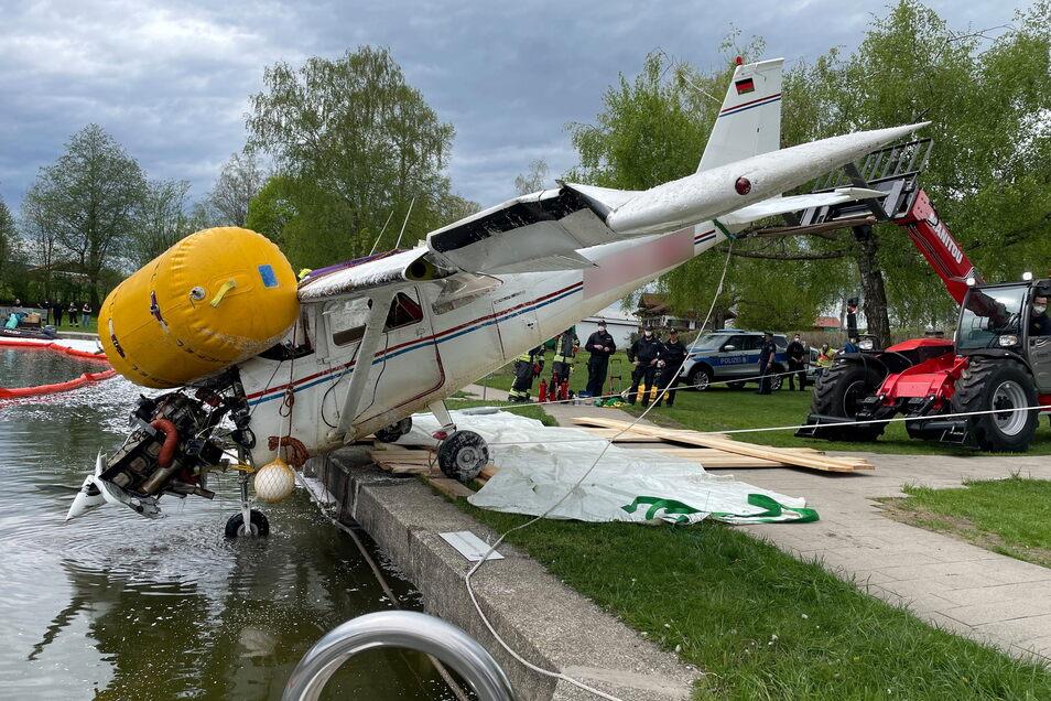 Einen Tag nach dem Absturz eines Kleinflugzeugs in einen See im Allgäu ist die Maschine am Montag aus dem Gewässer geborgen worden.