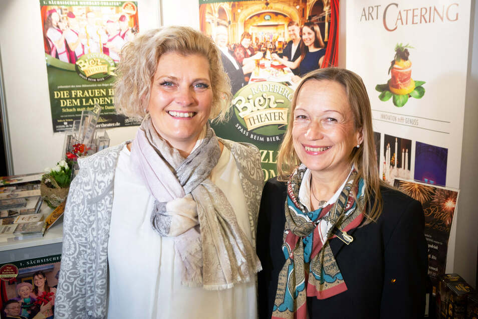 Petra Rößner (re.), Leiterin Besichtigung bei der Exportbierbrauerei, und Mandy Sander von der Firma Hoga Sport am Stand auf der Reisemesse in Dresden.